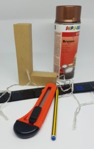 Leuchtbuchstabe selber machen DIY, Lichterkette, Sprühlack, Cuttermesser, Lineal, Bleistift