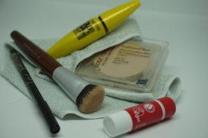 Wimperntusche, Kajalstift, veganes Puder und Pinsel, Lippenbalsam und Abschminklappen