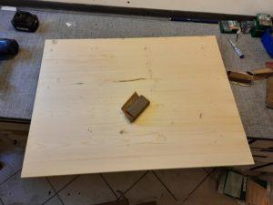 Holzbrett von grob nach fein abschleifen