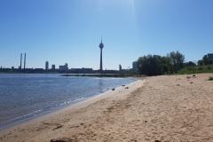 Paradiesstrand mit Blick auf den Rheinturm
